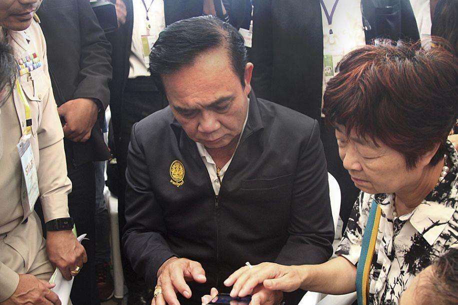 泰国总理巴育看望普吉岛游船翻沉事故伤者和遇难者家属_图1-1