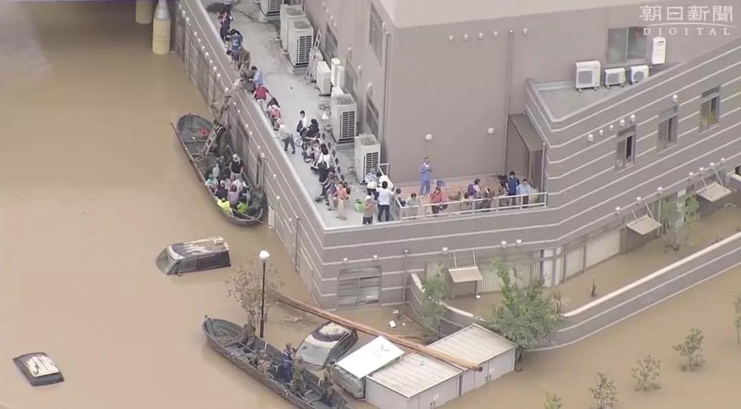 """日本暴雨夺走上百条性命 预警当天安倍却在""""把酒言欢""""_图1-2"""