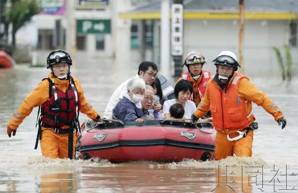 """日本暴雨夺走上百条性命 预警当天安倍却在""""把酒言欢""""_图1-4"""