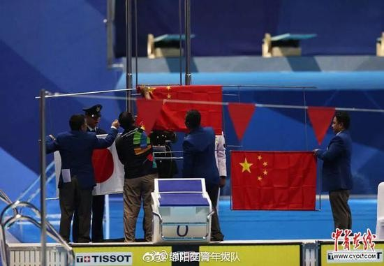 孙杨夺冠国旗却掉落 他之后的表现被网友大赞_图1-5
