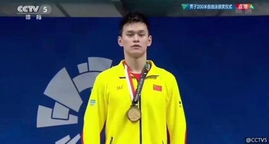 孙杨夺冠国旗却掉落 他之后的表现被网友大赞_图1-8