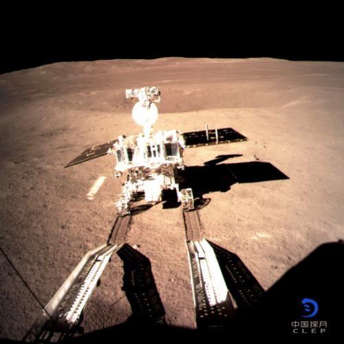 玉兔二号驶抵月球表面,在月背留下人类探测器第一道印迹_图1-1