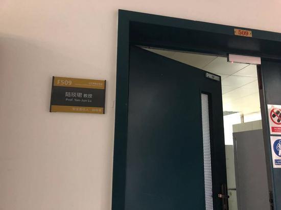 2019年1月7日,同济大学四平路校区医学院辅楼5层的陆琰君实验室。2018年12月13日,陆经纬从这间实验室的窗台上坠楼。