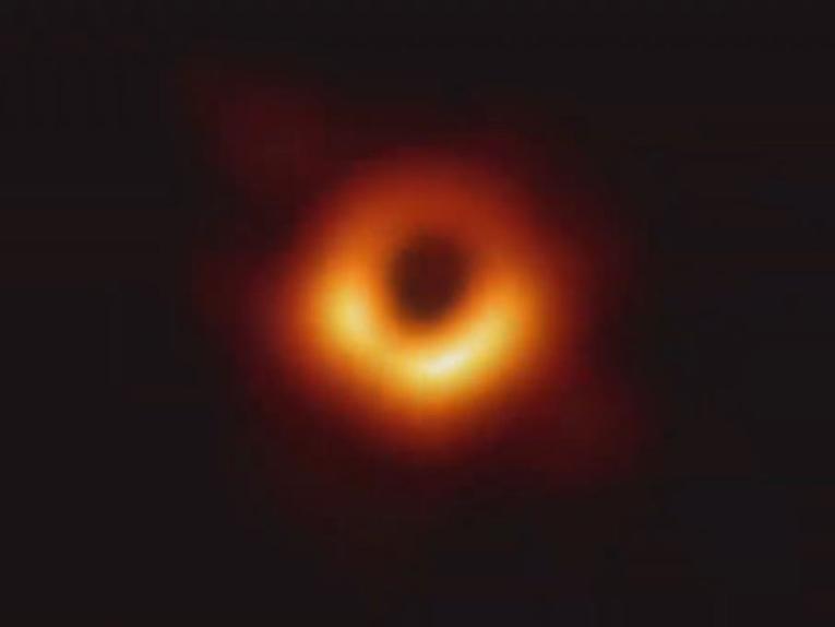天文史上重要时刻到来!人类首张黑洞照片揭幕 爱因斯坦又对了……_图1-1