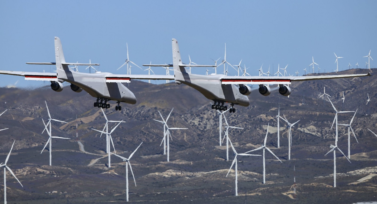 拥有世界最长翼展飞机首飞成功 六引擎可载三颗卫星火箭_图1-4