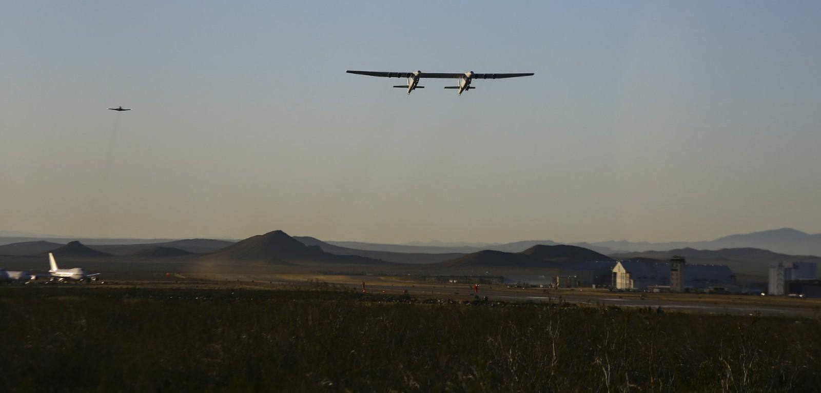 拥有世界最长翼展飞机首飞成功 六引擎可载三颗卫星火箭_图1-5