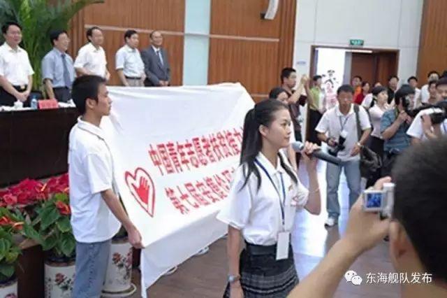 韦慧晓在全国研究生支教团培训出征仪式上领誓