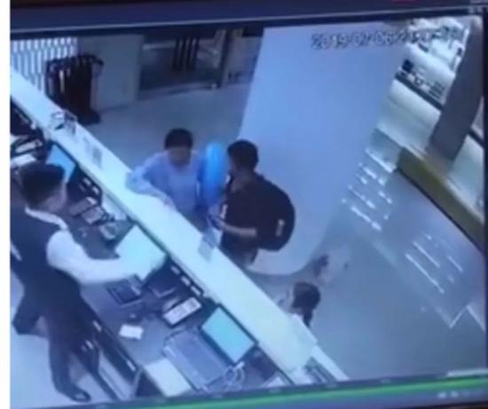 7月6日晚,3人进入宁波一家酒店监控画面曝光。