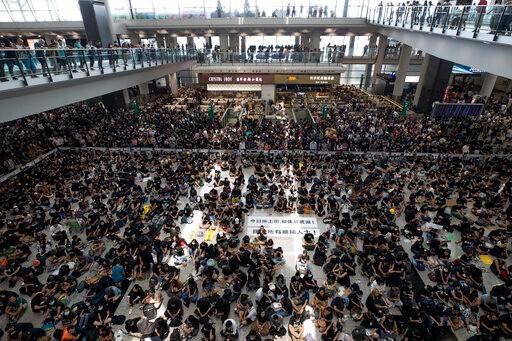 香港机场管理局:12日所有航班登机服务实时暂停_图1-3
