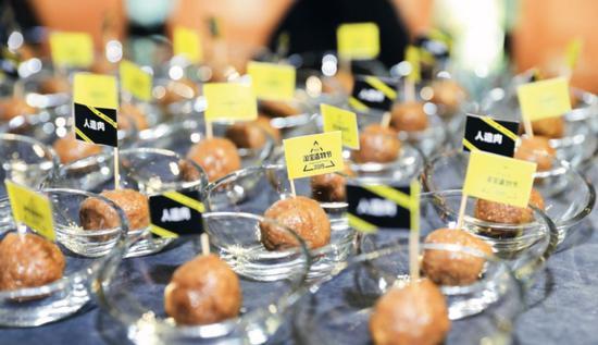 8月26日,浙江杭州市,在阿里巴巴造物节发布会上展示的人造肉。图/视觉中国