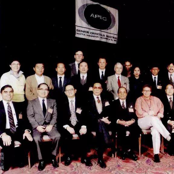 1993年,王�飞�(前排左四)初任中国APEC高官,出席在美国举行的高官会,与众APEC高官合影。