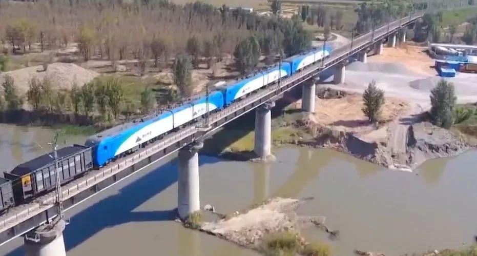 ▲中国首列智能驾驶重载列车开行(央视新闻报道截图)