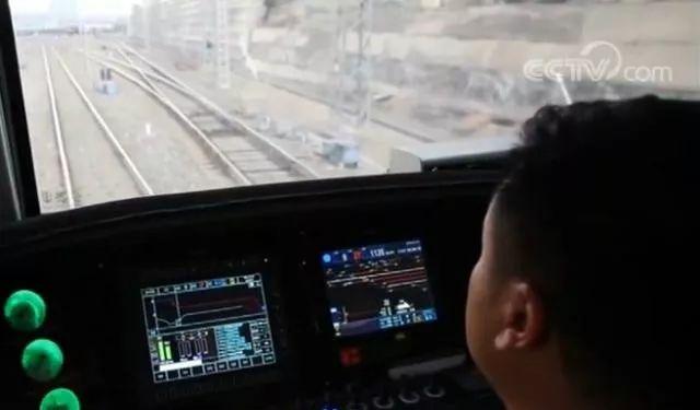 ▲智能驾驶重载列车操作室(央视新闻报道截图)