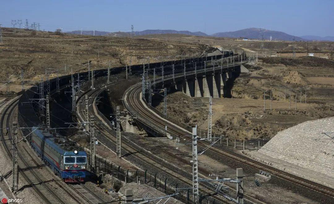 ▲资料图片:行驶在神朔铁路上的万吨重载列车(东方IC)