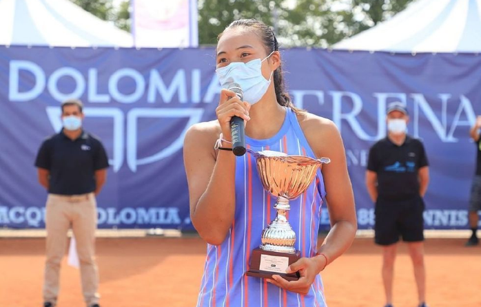 强!中国网球18岁天才少女横空出世,豪取10连胜+背靠背夺冠_图1-3