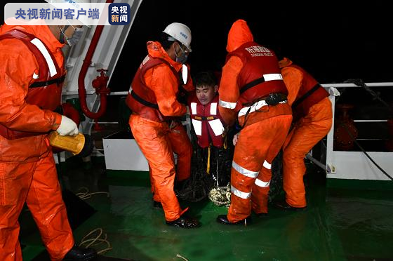 长江口两船碰撞一船进水沉没:10人获救1人遇难5人失踪_图1-3