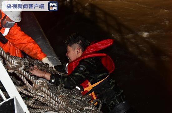 长江口两船碰撞一船进水沉没:10人获救1人遇难5人失踪_图1-4