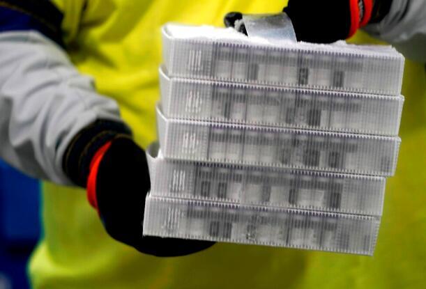 辉瑞公司的第一批新冠疫苗从该公司位于密歇根Portage的工厂起运。大约184,275小瓶疫苗被装载在大约190个盒子中,然后装上货车。这些疫苗将在下周一之前交付到每个州。(本文图片均据美联社)