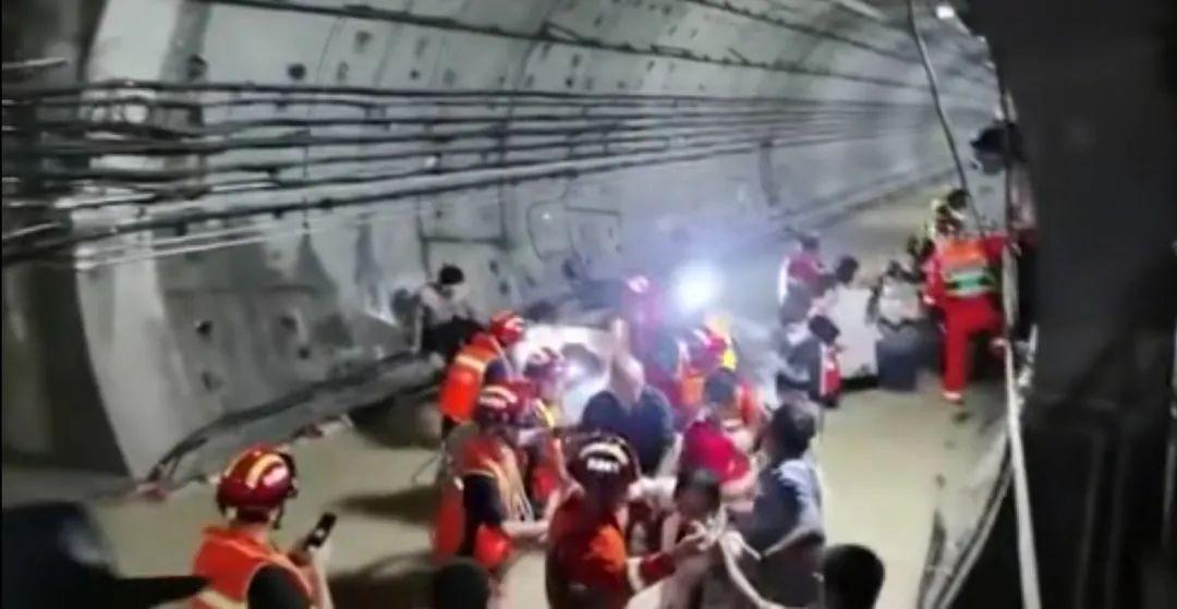 郑州被困乘客:车外水位过头顶时,开始交代身后事_图1-3