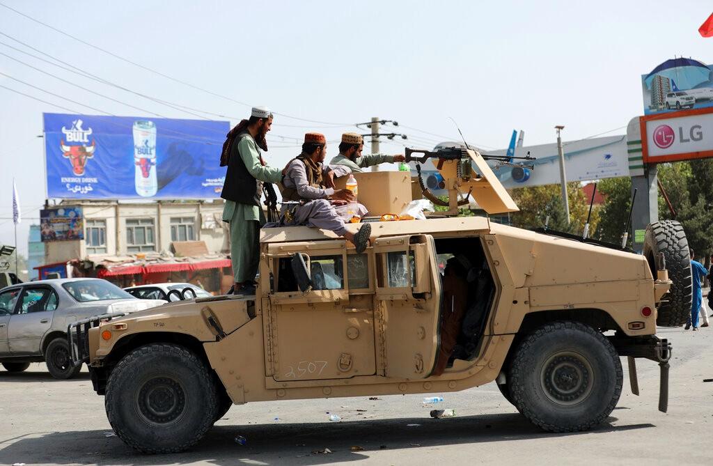 塔利班开悍马拿美军步枪?数十亿美元武器恐被其缴获_图1-1