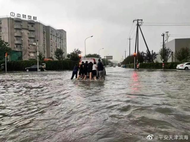 天津强降雨致一名驾驶员遇难_图1-2
