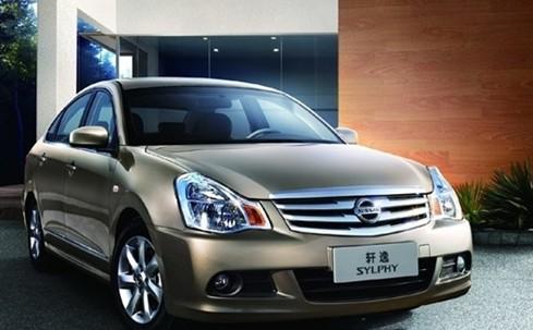 东风日产新轩逸车型采用了浅色真皮包裹的中央集控
