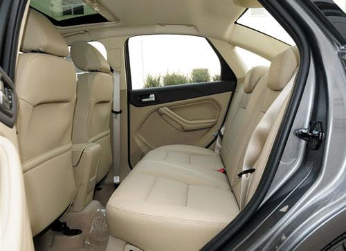 2013款福特福克斯三厢经典版后排空间 高清图片