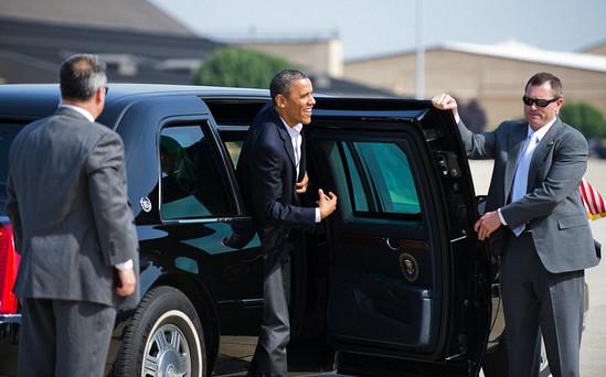 奥巴马当前座驾车门厚达20厘米,可防遭到生化攻击。
